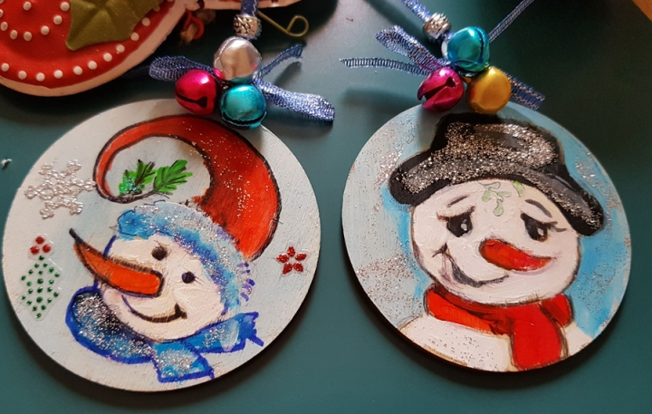 hangingchrismastree-decorations-hand-painted-on-wood-face-snowmens